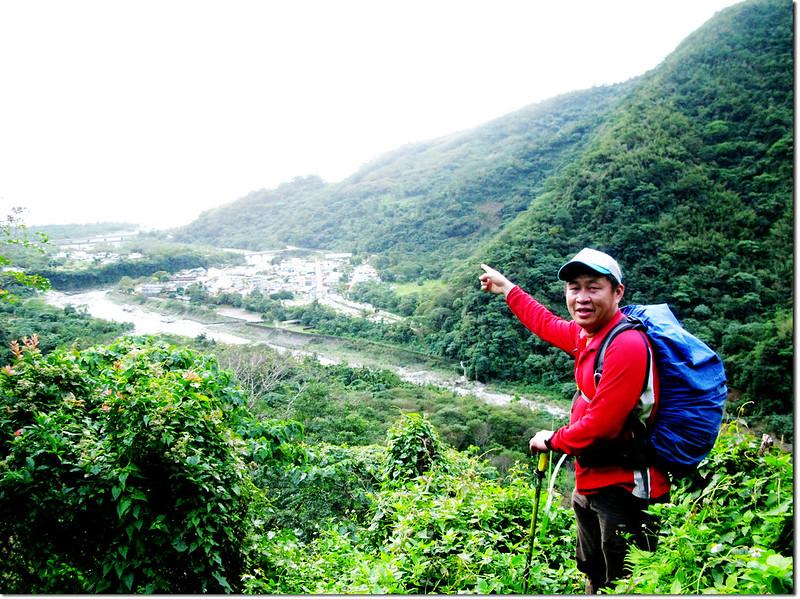 登論外山途中俯瞰三棧社區及三棧溪出海口 1