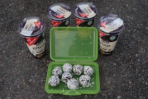 Dattel-Schoko-Kugeln mit Kokosflocken zum Latte Espresso bei Rast auf Autobahn nahe Hildesheim