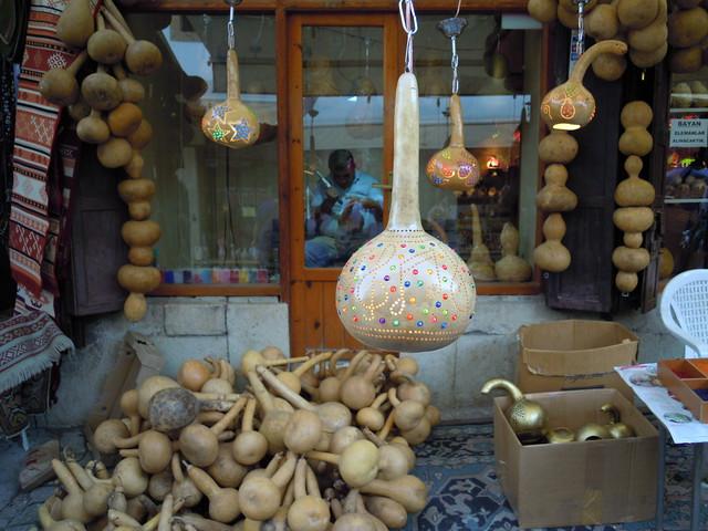 用葫瓜雕成燈籠外殼