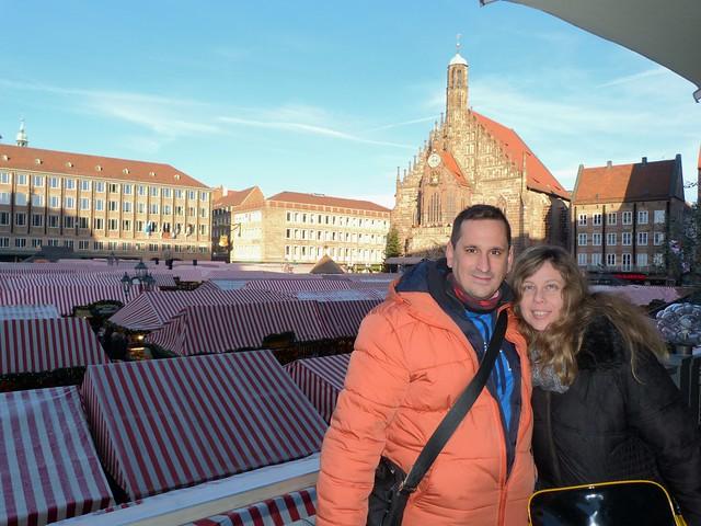 Sele y Rebeca en la Plaza del Mercado de Núremberg durante la Navidad