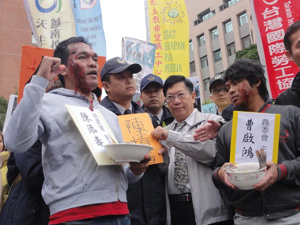 漁業署副署長黃鴻燕出面接受陳情。(攝影:張智琦)