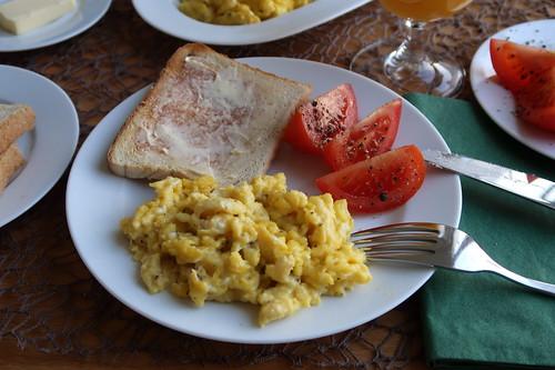 Rührei zu Toast und Tomate
