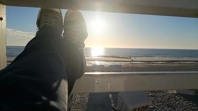 Gemütliches genießen des Sonnenuntergangs im Urlaub am Strand.
