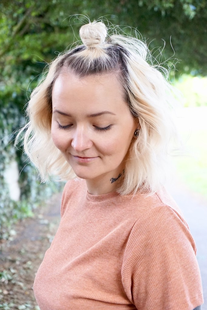 kate louise katethisiswhatido curly hair blonde hair topknot tan t-shirt