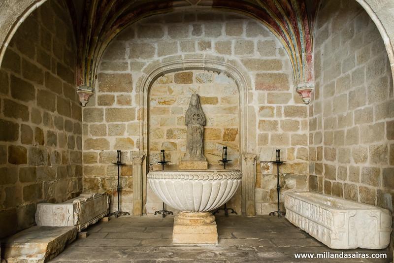 Pila bautismal de la catedral vieja custodiada por unos inquietantes sarcofagos...