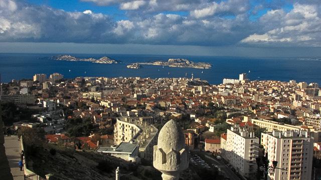 テラスからの眺めた市街と地中海