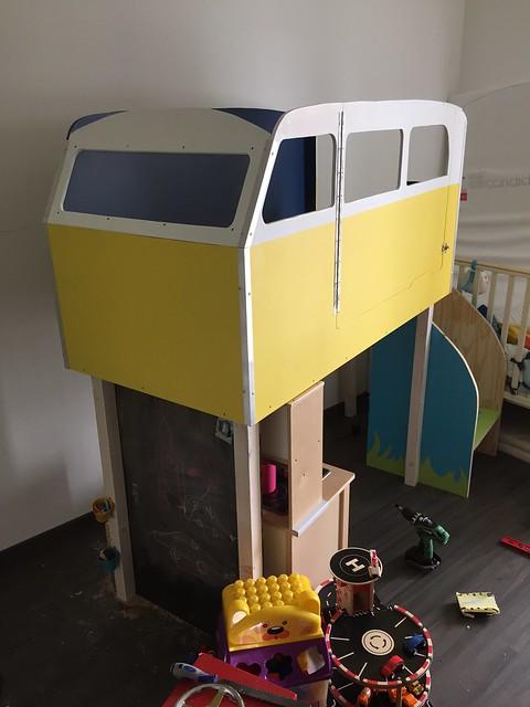 Et voila la lit van est monté il y a même un escalier
