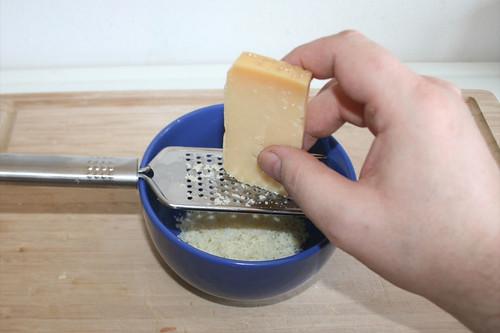 16 - Parmesan reiben / Grate parmesan