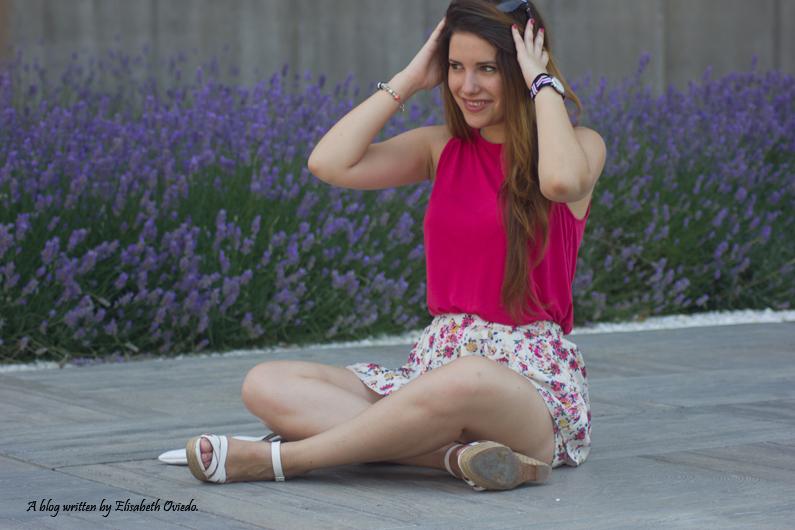 Falda-estampado-verano-STRADIVARIUS-HEELSANDROSES-camiseta-rosa-(2)