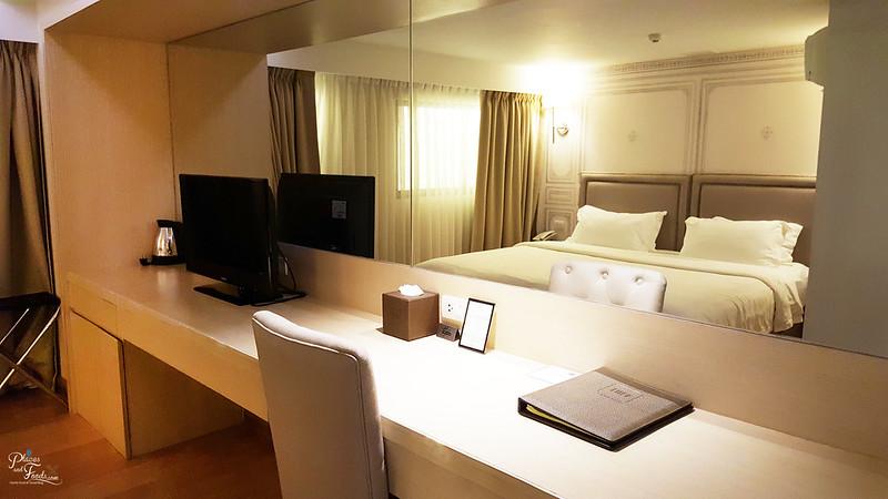 thee hotel bangkok room mirror