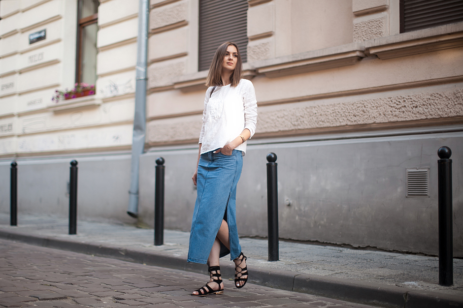70s-denim-skirt-midi-outfit-street-style-gladiator-sandals