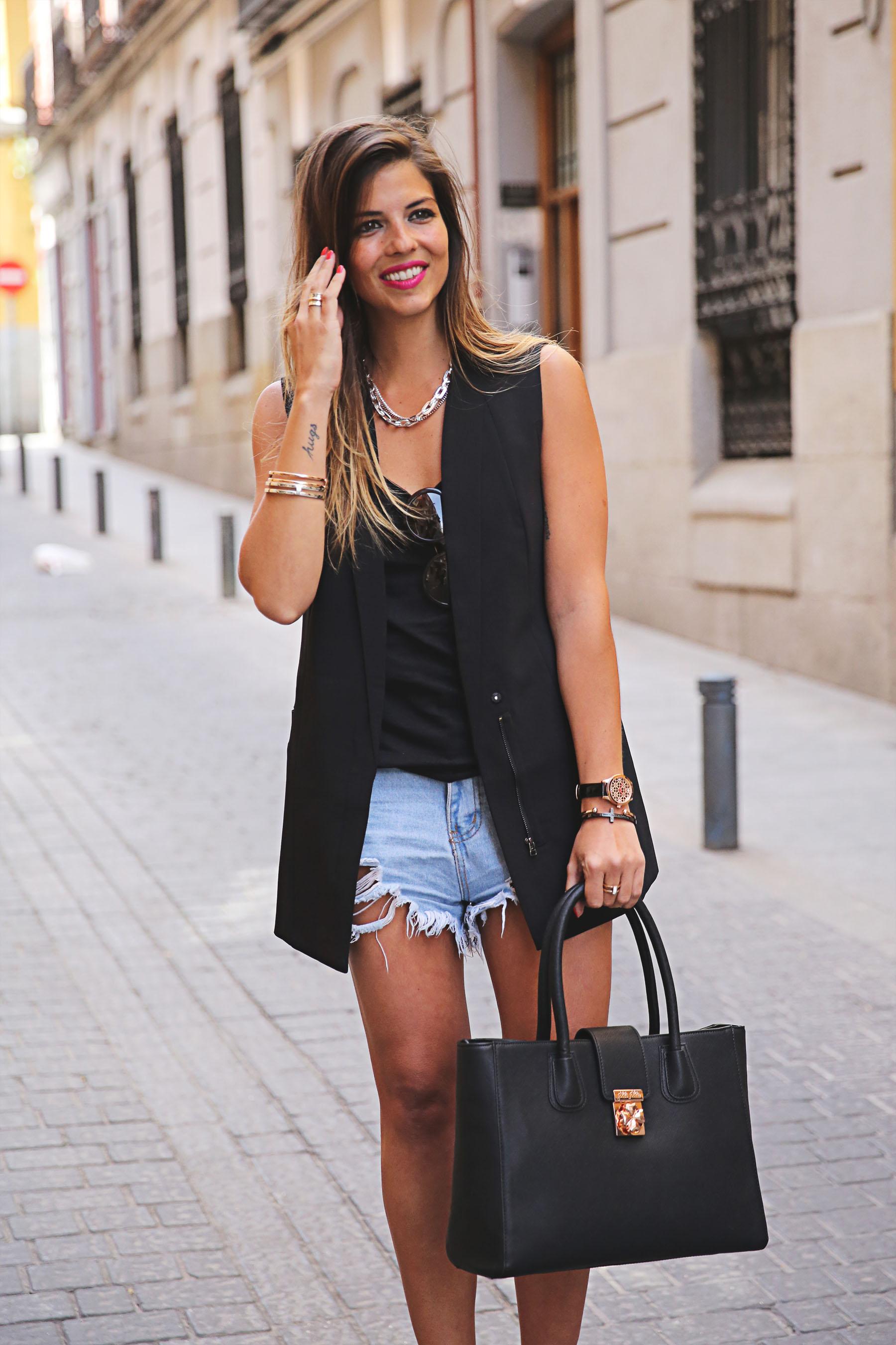 trendy-taste-look-outfit-street-style-ootd-blog-blogger-fashion-spain-moda-españa-leo-print-estiletos-mas34-leather-bag-denim-shorts-vaqueros-rotos-7