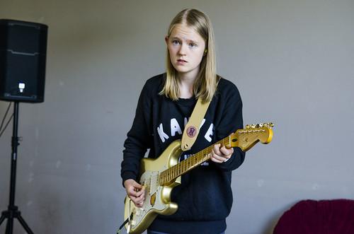 Klara Hoff-Torgnesskar (14) frå Asker har med eigen gitar på LOUD