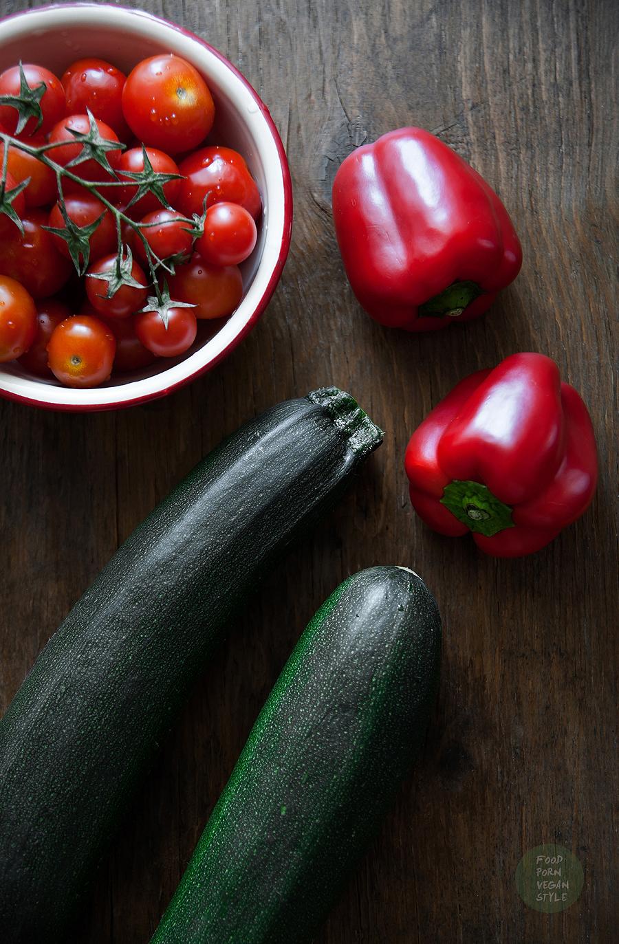 "Raw zucchini spaghetti with ""meatballs"" and a tomato-pepper sauce"