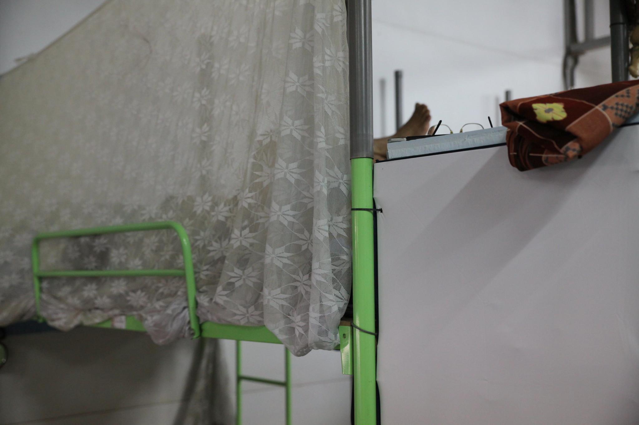 這片圍在床邊的紗廉,便是提供移工個人生活隱私的唯一物品。(攝影:陳逸婷)