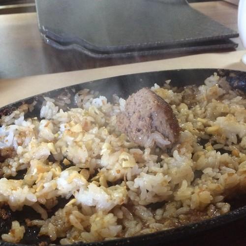 ハンバーグ肉汁でガーリックライス at Brocante