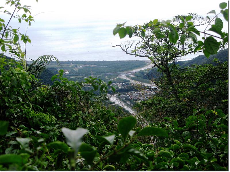 登論外山途中俯瞰三棧社區及三棧溪出海口 2