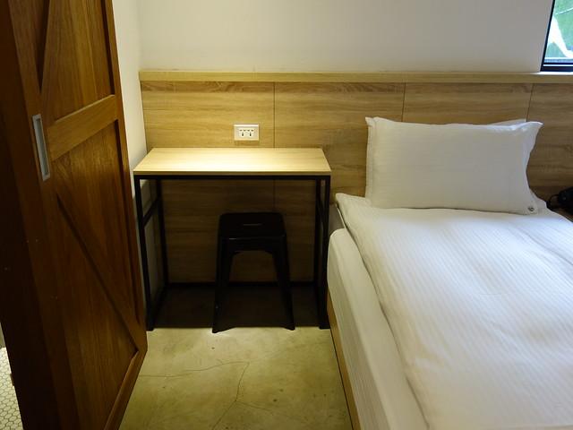 床邊有張小桌子@台中鵲絲旅店