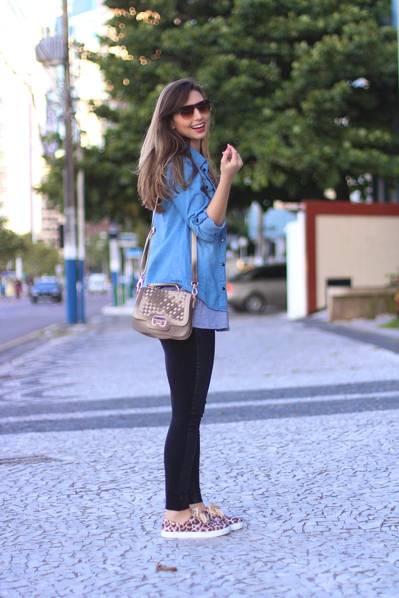 3-look básico com camisa jeans e tenis jana taffarel