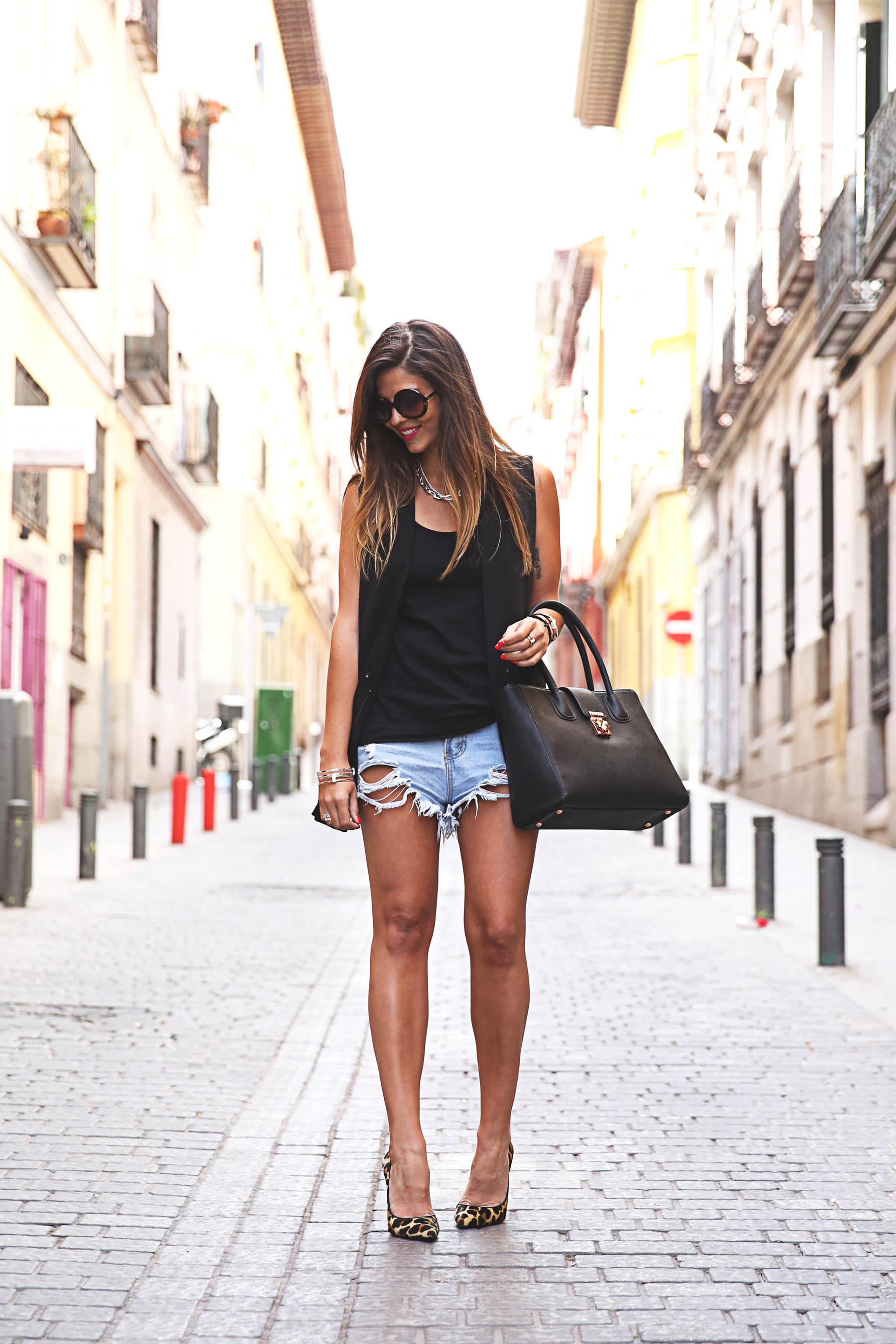 trendy-taste-look-outfit-street-style-ootd-blog-blogger-fashion-spain-moda-españa-leo-print-estiletos-mas34-leather-bag-denim-shorts-vaqueros-rotos-1