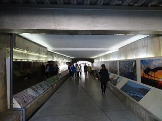 往東門城的地下道