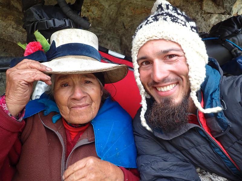 """Con la autora de mi nuevo """"chullo"""", en la laguna Jahuacocha."""