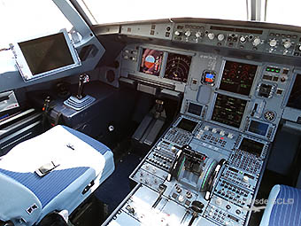 Qatar Airways A320 cockpit (RD)