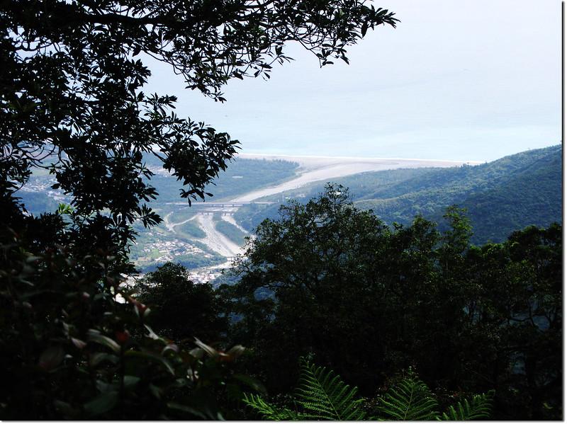 登論外山途中俯瞰三棧社區及三棧溪出海口 3