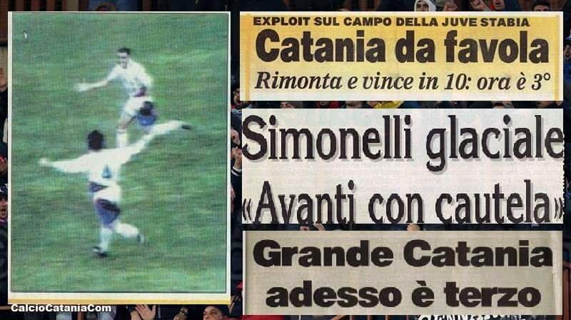 L'esultanza di Marco Napolioni (con il numero 4) e Alessandro Marzio, con alcuni titoli che celebrano la vittoria rossazzurra