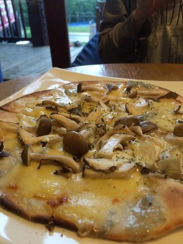 キノコとブルーチーズのピッツァ at JoJo's カフェ