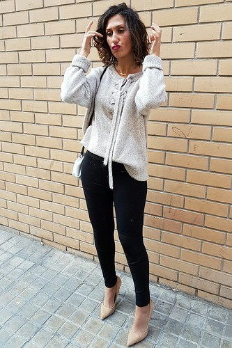 chaquetón vintage de pelo, Porta Portese, mercado de las pulgas, capucha, leggings negros, , stilettos crema, jersey beige cordones, vintage fur jacket, Roman flea market, hood, black leggings, cream stilettos, sweater beige laces, Zara, Save My Bag; Stradivarius, Singularu
