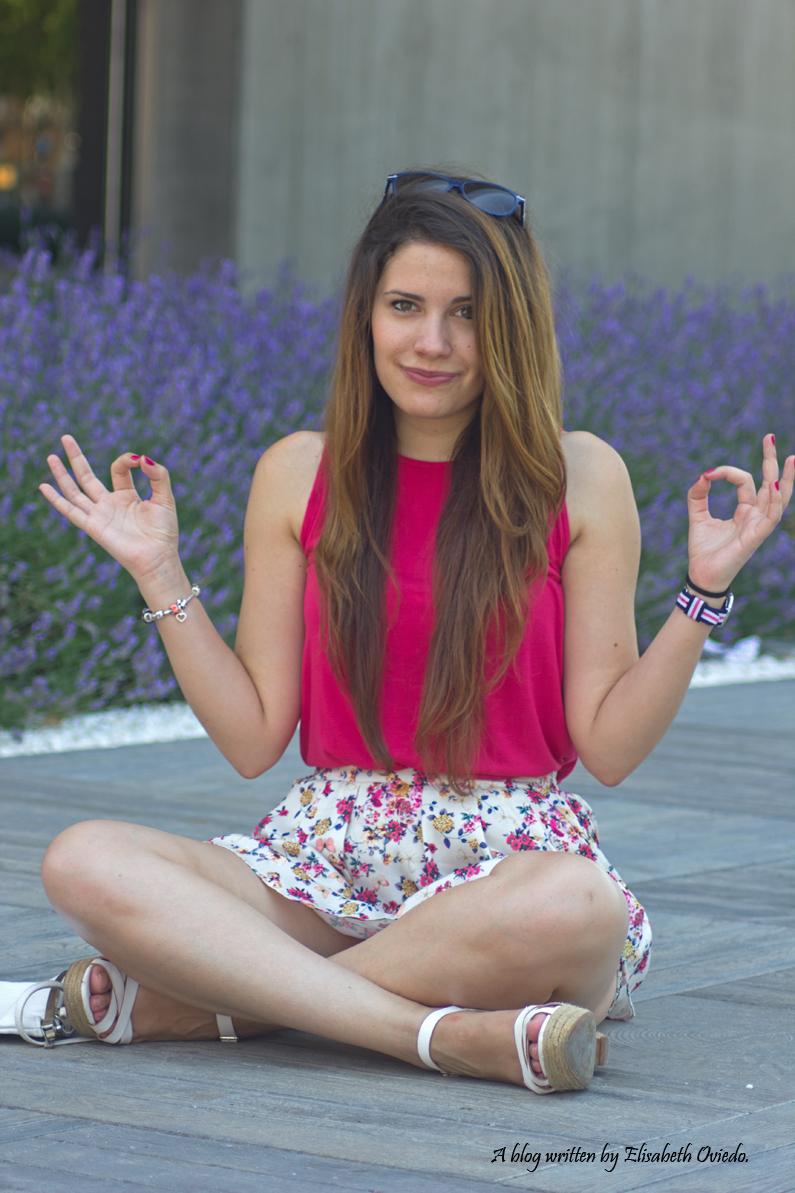 Falda-estampado-verano-STRADIVARIUS-HEELSANDROSES-camiseta-rosa-(3)