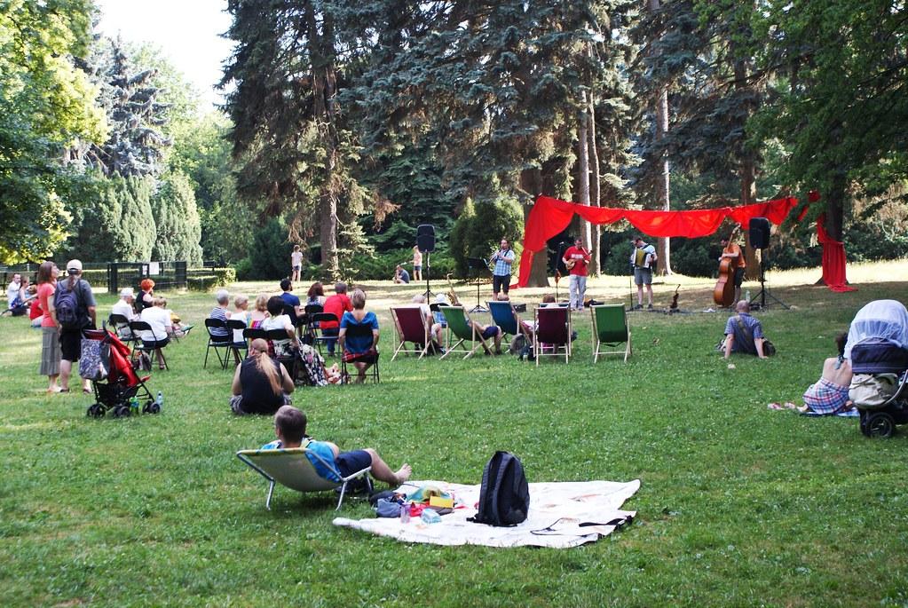 Park Skarzyszewski à Varsovie pendant un concert en été.