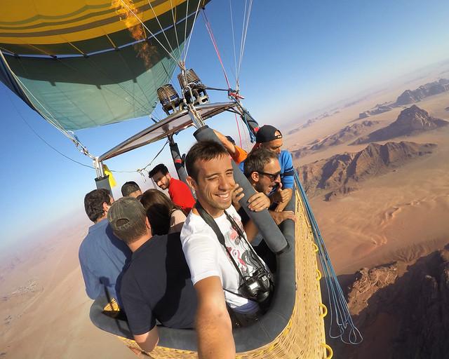 Asomándonos al borde de la cesta de nuestro globo en Jordania