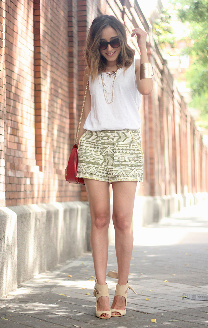 printed shorts zara white shirt summer outfit19