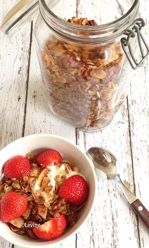 Granola met kokos met pecannoten en Griekse yoghurt en aardbeien