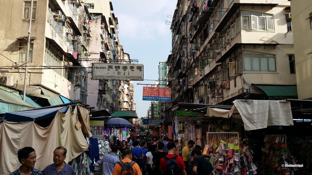 Tungosta kadulla matkalla Apliu Street Flea Marketille