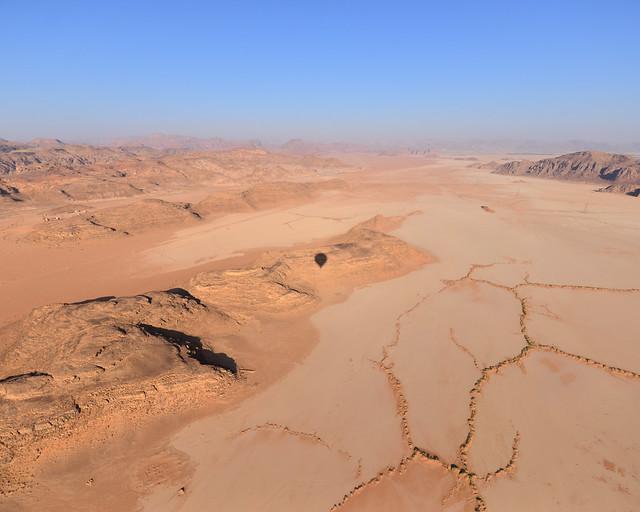 La silueta de nuestro vuelo en globo por Wadi Rum