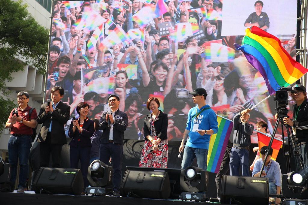 同性婚姻草案送出委員會後,跨黨派立委現身挺同婚方舞台,受到民眾熱烈支持。(攝影:陳逸婷)