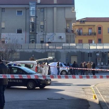 Carabiniere prende la pistola e si spara davanti alla caserma