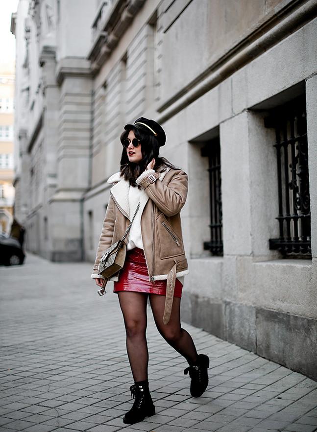 falda charol rojo chaqueta borreguillo botas militares terciopelo stradivarius streetstyle6