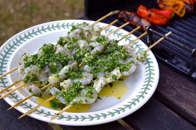 Marinating Herby Lemon & Garlic Barbecue Prawn Skewers | www.rachelphipps.com @rachelphipps