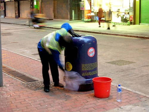 how to clean smelly rubbish bin
