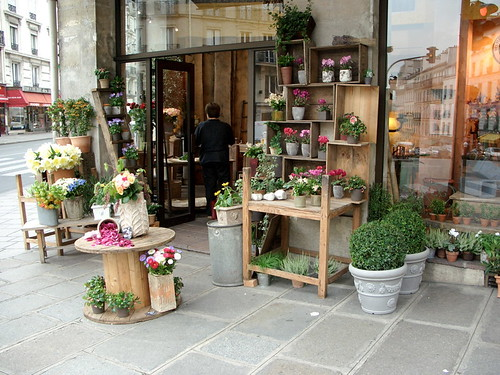 Paris flower shop flowers on the sidewalk in paris for Flower shop design layouts
