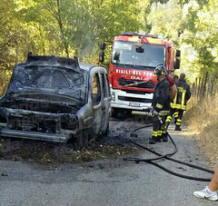 incendio furgone sicignano 02