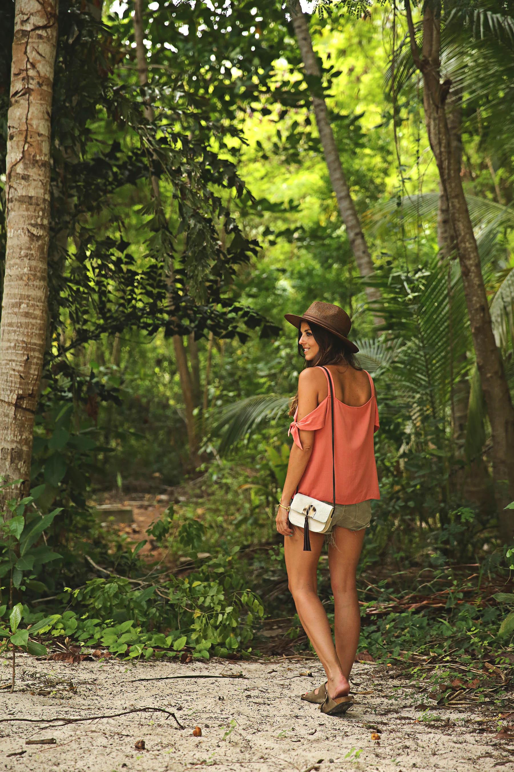 trendy-taste-look-outfit-street-style-ootd-blog-blogger-fashion-spain-moda-españa-boho-hippie-verano-birkenstock-bavaro-barcelo-khaki-caqui-shorts-sombrero-top-12
