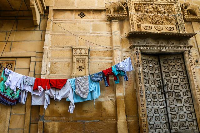 Nice contrast between laundry and yellow building, Jaisalmer, India ジャイサルメール 伝統的な建物と洗濯物のコントラスト