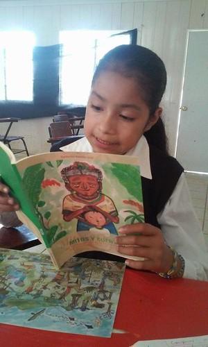 niña náhuatl leyendo