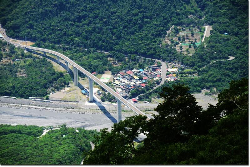 德文山稜線瘦稜俯瞰谷川大橋