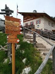 Wegmarkierung bei der Lavarella Hütte